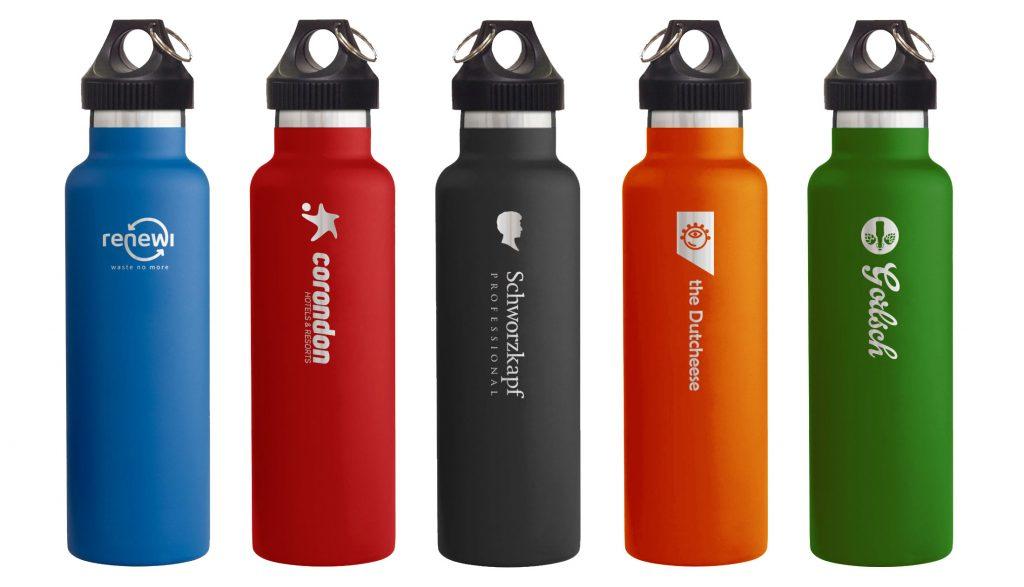 Dé corporate bottle met logo, beeldmerk, slogan en weblink duurzaam en retestrak in beeld!